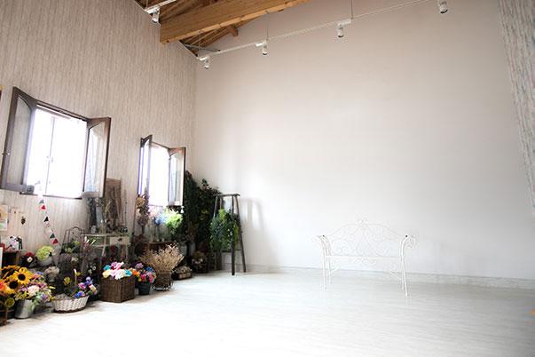 自然光が差し込むスタジオ