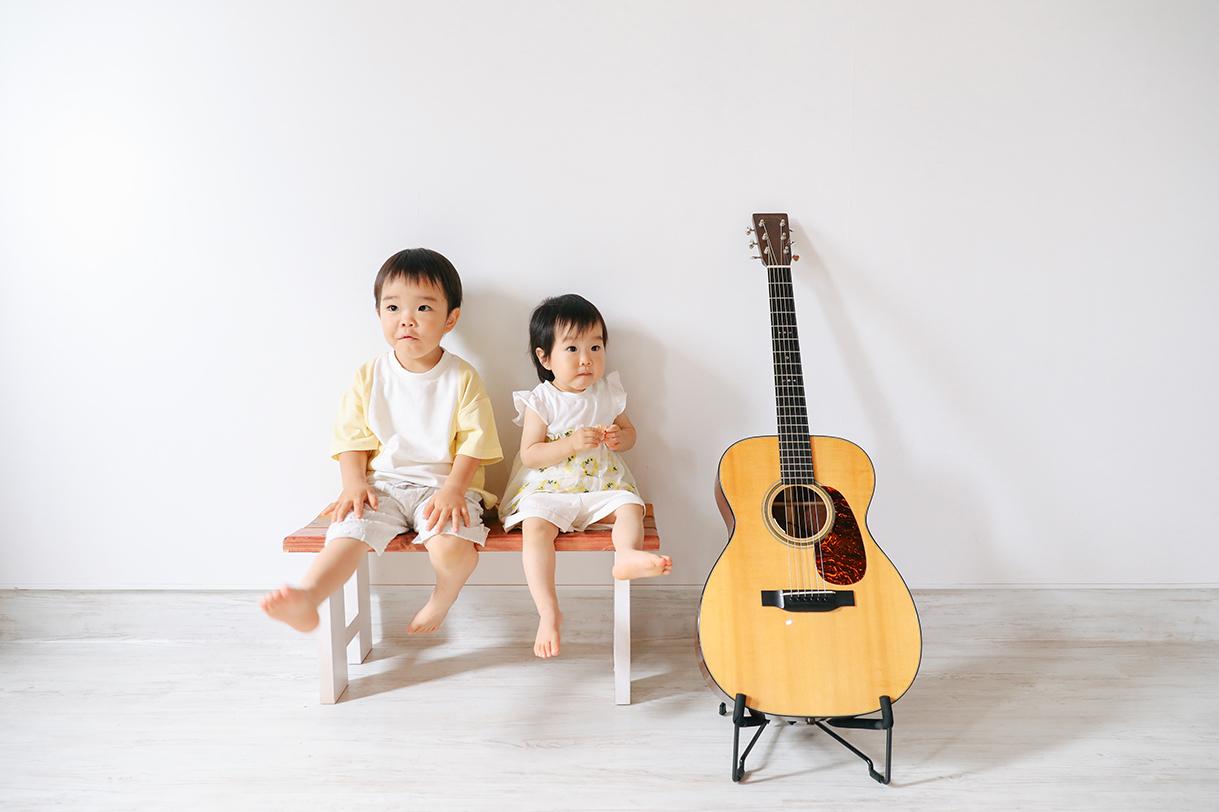 パパのギターと3歳のぼくと1歳のわたし。